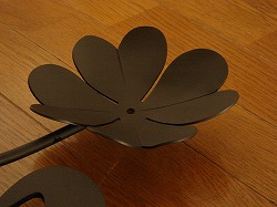 ニシャルMと四葉のクローバーを素敵に組み合わせてデザインしたおしゃれで人気のロートアイアン風アルミ製オーダー妻飾りの写真