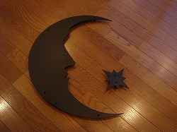 アトリエそうのオーダーメイドデザイン制作のアルミ製妻飾りです。三日月と星のロートアイアン風ステンレス製妻飾りの写真
