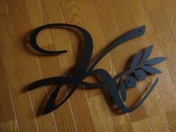 イニシャルKとオリーブを素敵に組み合わせてデザインしたおしゃれで人気のロートアイアン風ステンレス製オーダー妻飾りの写真