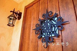 王冠と唐草模様をデザインしたおしゃれで人気のロートアイアン製オーダー玄関飾りの設置写真