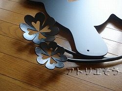 ロートアイアン風錆に強いアルミ製プードルと四葉のクローバーをモチーフにした素敵な妻飾りの写真