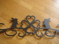 ロートアイアン風錆に強いアルミ製妻飾り。うさぎと唐草をモチーフにした素敵な妻飾りの写真