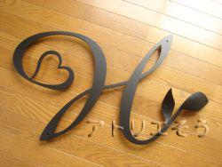アトリエそうのオーダーメイドデザイン制作の妻飾りです。ロートアイアン風錆に強いアルミ製イニシャルHとハートと葉をモチーフにした素敵な妻飾りの写真