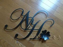 ロートアイアン風アルミ製妻飾り。イニシャルNとHに四葉のクローバーの妻飾り