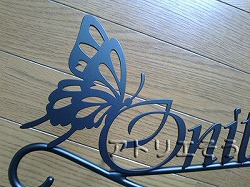 ロートアイアン風錆に強いステンレス製表札。ハイビスカス+蝶表札。