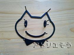 ロートアイアン風錆に強いステンレス製の表札の横に飾る猫飾りです。