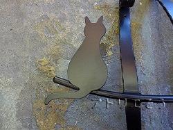 アトリエそうオリジナルデザイン制作の妻飾りです。おしゃれで人気のロートアイアン風アルミ製オリジナル妻飾りCタイプにかわいい猫のモチーフを加えた素敵なデザインです