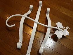アトリエそうオリジナルデザインのロートアイアン風アルミ製妻飾りHタイプです。アイビーモチーフのHタイプ真ん中にビス穴を開ける加工をした素敵な白塗装の妻飾り