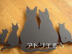 猫5匹を素敵に組み合わせてデザインした おしゃれで人気のロートアイアン風アルミ製オーダー妻飾りの写真
