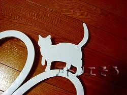 1-猫妻飾り 。おしゃれで人気のロートアイアン風アルミ製オリジナル妻飾りAタイプにかわいい猫のモチーフを加えた素敵なデザインです