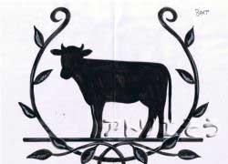 牛を葉に囲まれたようなイメージでデザインしたロートアイアン牛妻飾りの写真