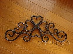四葉のクローバー+唐草妻飾り 。ロートアイアン風錆に強いアルミ製妻飾りです。