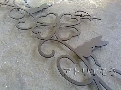 四葉のクローバー+猫+イニシャルH+唐草妻飾り。アルミ製妻飾り。