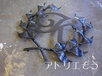 葉の王冠+イニシャルK妻飾り 。アルミ製妻飾り。