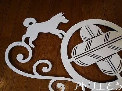 違い鷹の羽家紋+犬+猫妻飾り。白い和風妻飾り。