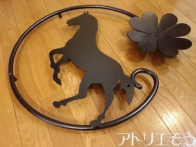 馬+四葉のクローバー妻飾り 。アルミ製妻飾り。