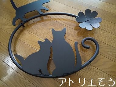 猫3匹と四葉のクローバー妻飾り 。錆に強いアルミ製妻飾り。