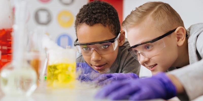 SCIENCE Chimie Voyage au coeur des atomes et des molécules, manipulations en laboratoire, mélanges et réactions stupéfiantes tout en sécurité.