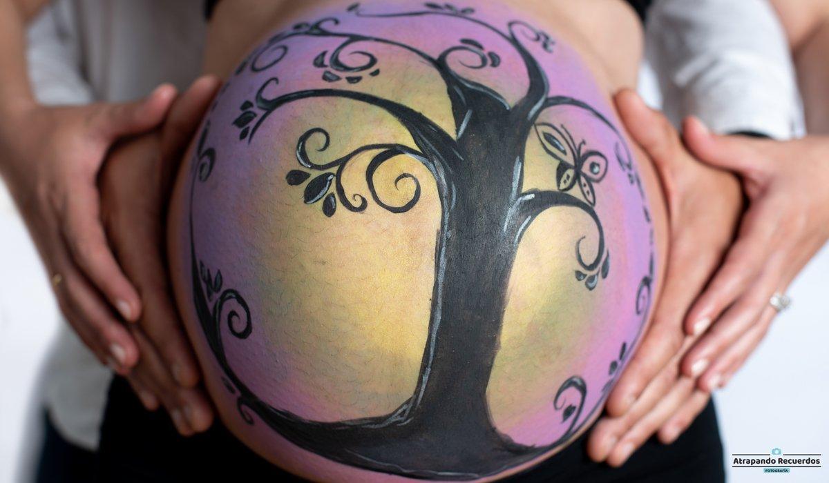 Fotografía de una barriga pintada de embarazada