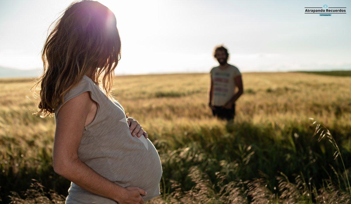 Pareja embarazada sesion de fotos en la natraleza