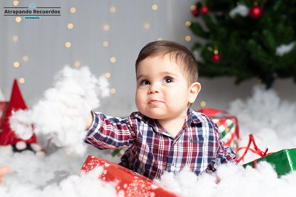 Foto de Bebé jugando con la nieve