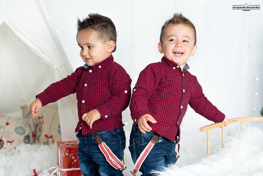 Foto infantil mellizos en una sesion de navidad