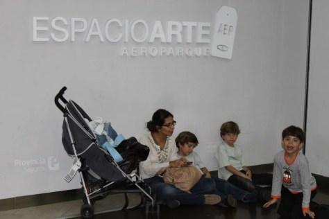 A Aerolineas não providenciou nem cadeiras para os clientes