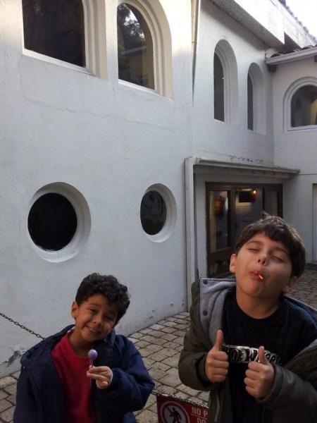 Meninos em La Chascona, casa de Neruda em Santiago