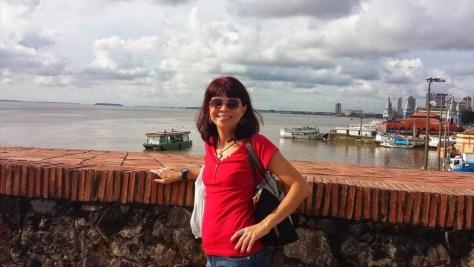 mulher em frente ao Rio Guajará