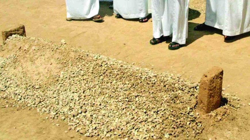 Larangan Memakai Alas Kaki di Kuburan
