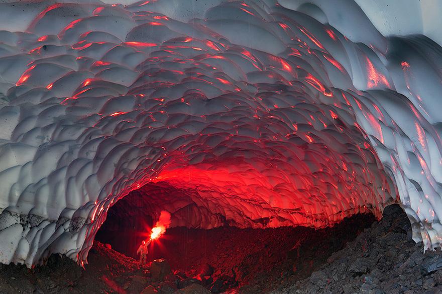 Grotta di ghiaccio vicino al Vulcano Mutnovsky, Russia