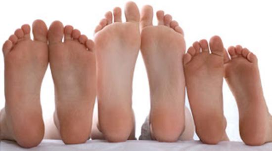 Perché i piedi puzzano di formaggio?