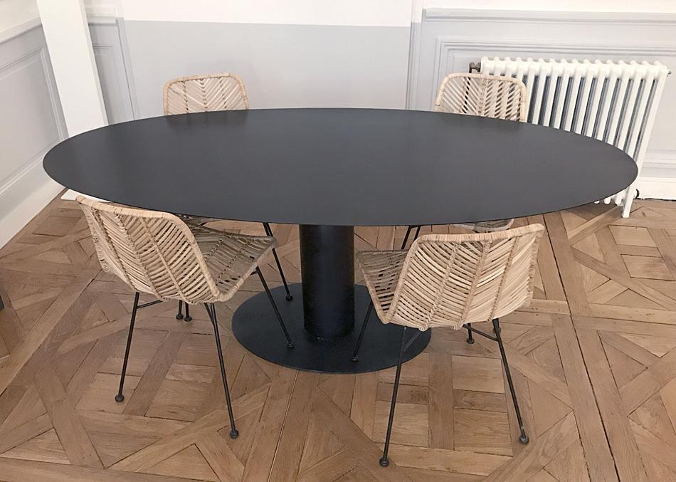 table haute ovale avec pied central en