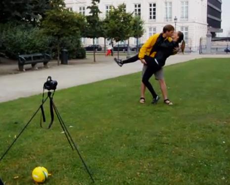 Véronique et Thompson du blog Travel Love Story s'embrasse devant leur caméra dans le parc royal à Bruxelles