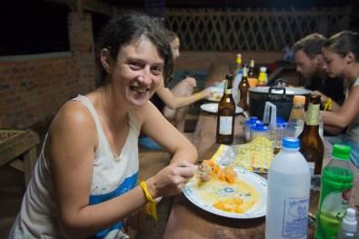 Julie qui engloutit sa portion de carbonnades