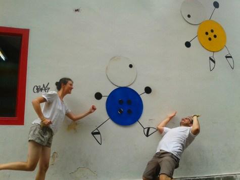 Dans une ruelle avoisinnante, l'art de rue et les boutiques nous transporte à Camden Town à Londres