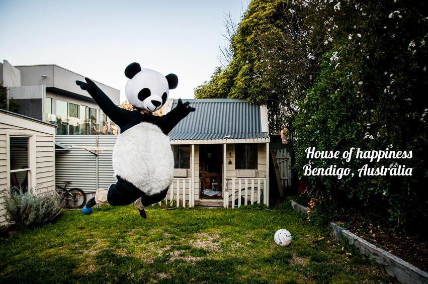 Julie dans un costume de Panda dans un jardin à Bendigo