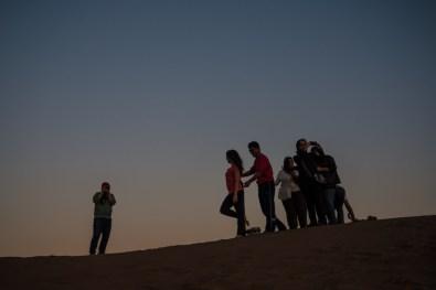 groupe se prenant en photo à Las Dunas de ConCon