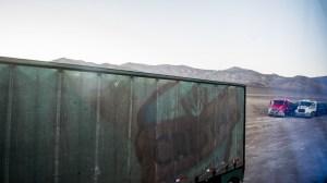trois camions dans le désert