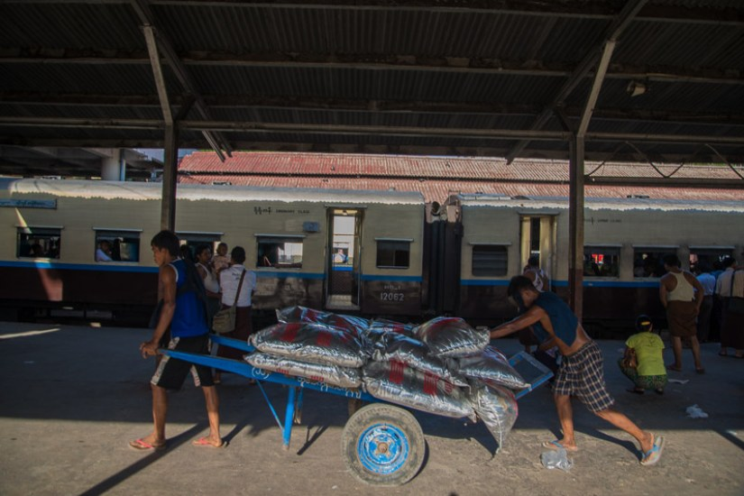 train_en_birmanie_mandalay_gare