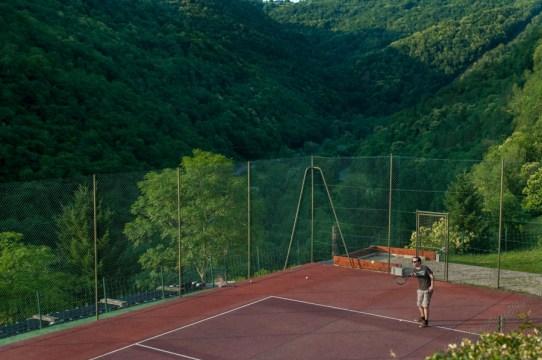 terrain de tennis et vallée du sidobre