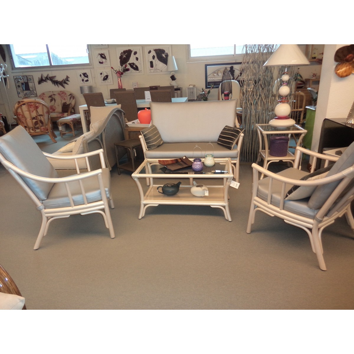 salon en rotin coloris nacre bas dossier comprenant un canap 2 places et 2 fauteuils