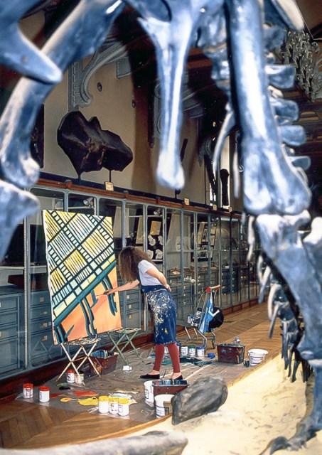 Michelle Auboiron peint le dinosaure dans la grande Galerie de Paléontologie du Muséum d'hisoire Naturelle du Jardin des Plantes de Paris