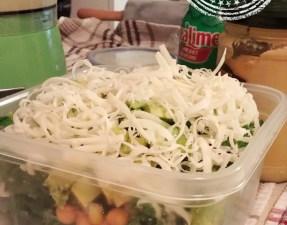 Salade de kale à la mexicaine avec vinaigrette crémeuse à l'avocat - Auboutdelalangue.com
