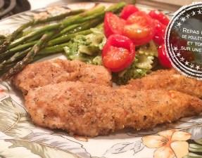 Repas de filets de poulet, asperges et tomates sur une plaque - Auboutdelalangue.com