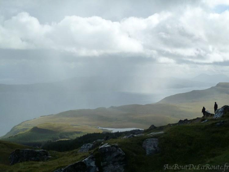 Averse sur le Old Man Of Storr, Écosse