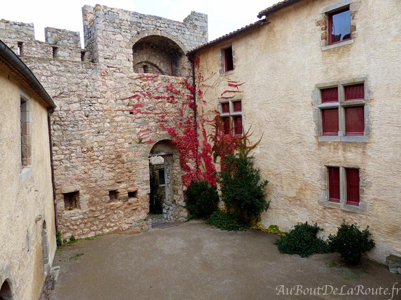 Cour du chateau de Villerouge Termenes