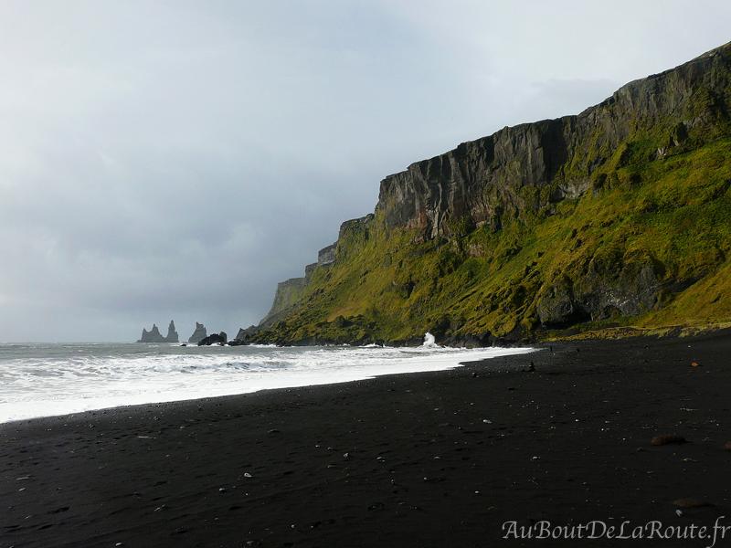 Vue sur Reynisdrangar de la plage de Vik