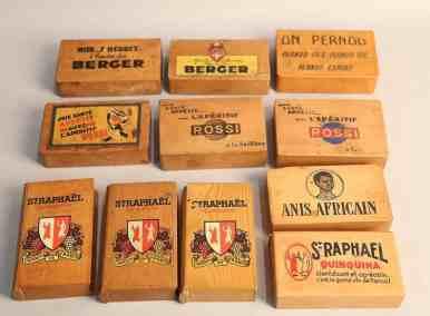 Onze boîtes à cartes en bois Berger, Pernod, Rossi, St Raphael, Anis Africain-auctionlab