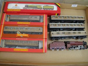 Lot 113 - Hornby carriages and engine - Sold for £60